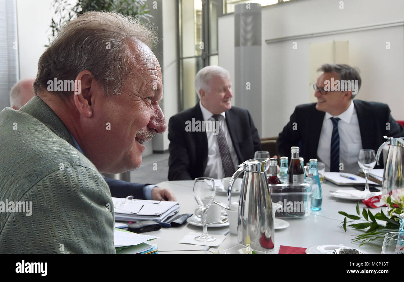 17 April 2018, Germany, Potsdam: Frank Bsirske (l-r), chairman of the union Verdi; Horst Seehofer (CSU), German Interior Minister, and Hans-Georg Engelke, State Secretary at the German Interior Ministry, pictured during public sector pay negotiations. Photo: Bernd Settnik/dpa-Zentralbild/dpa - Stock Image
