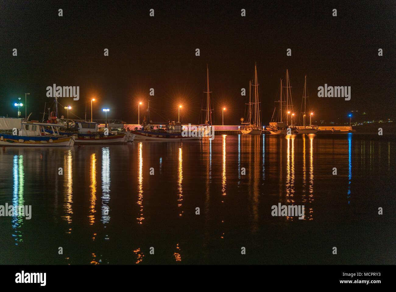 Der Hafen von Sitia auf Kreta bei Nacht mit Spiegelungen der Leuchten im Wasser - Stock Image
