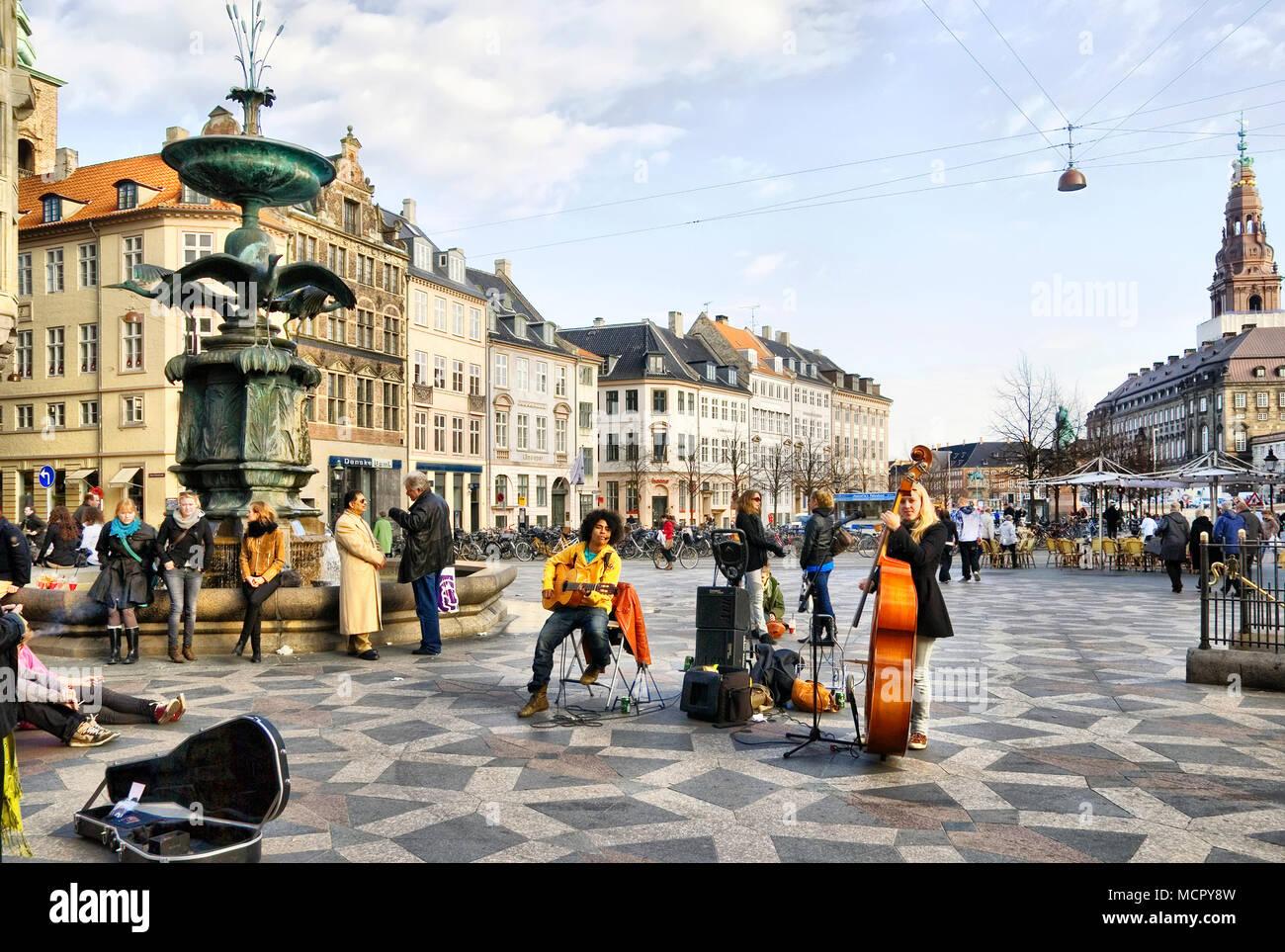 COPENHAGEN, DENMARK - APRIL 13, 2010: Musicians near the Fountain Stork - Stock Image