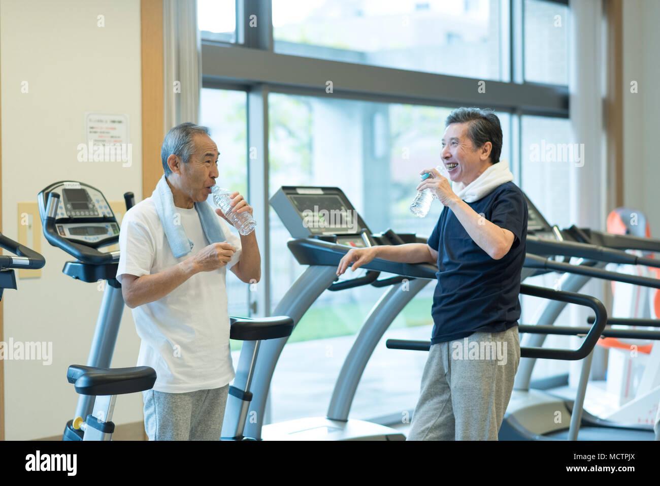 Senior man pausing at gym - Stock Image