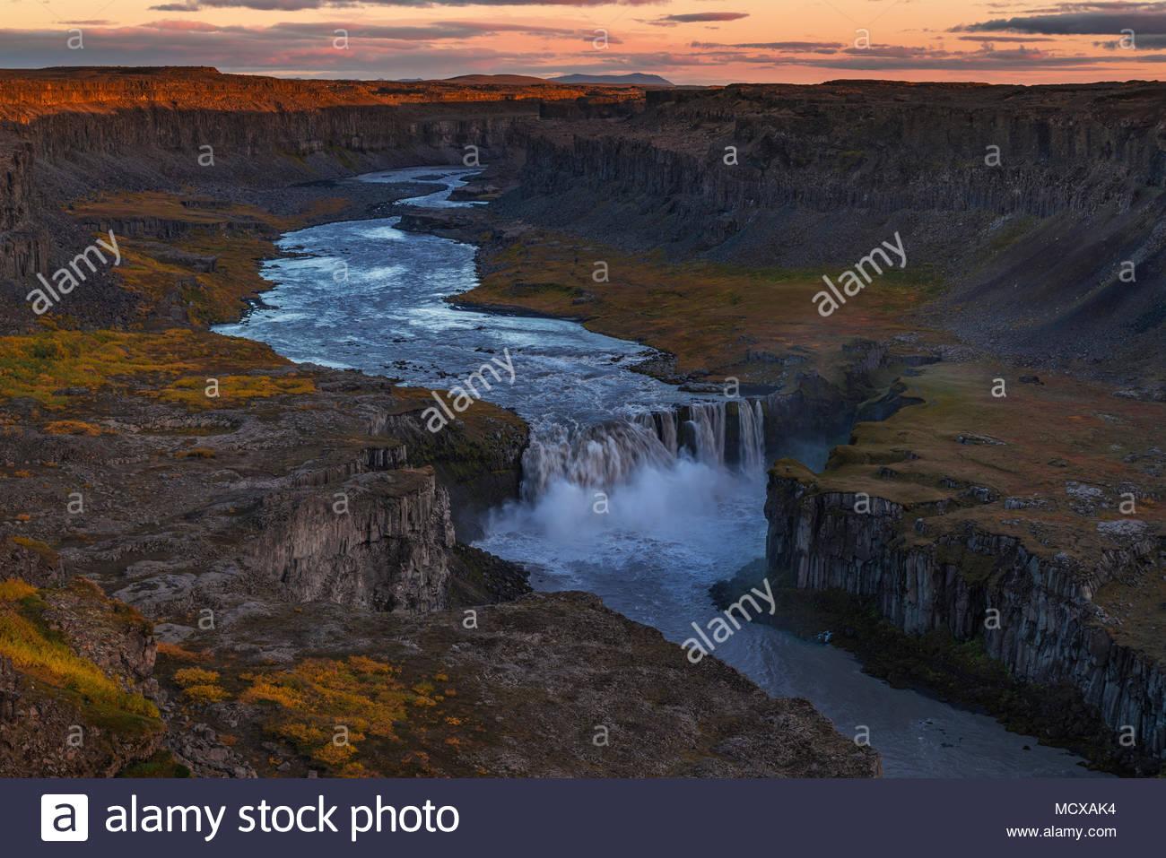 Hafragilsfoss Wasserfall Bei Abendrot Und Alphengluhen Im Herbst