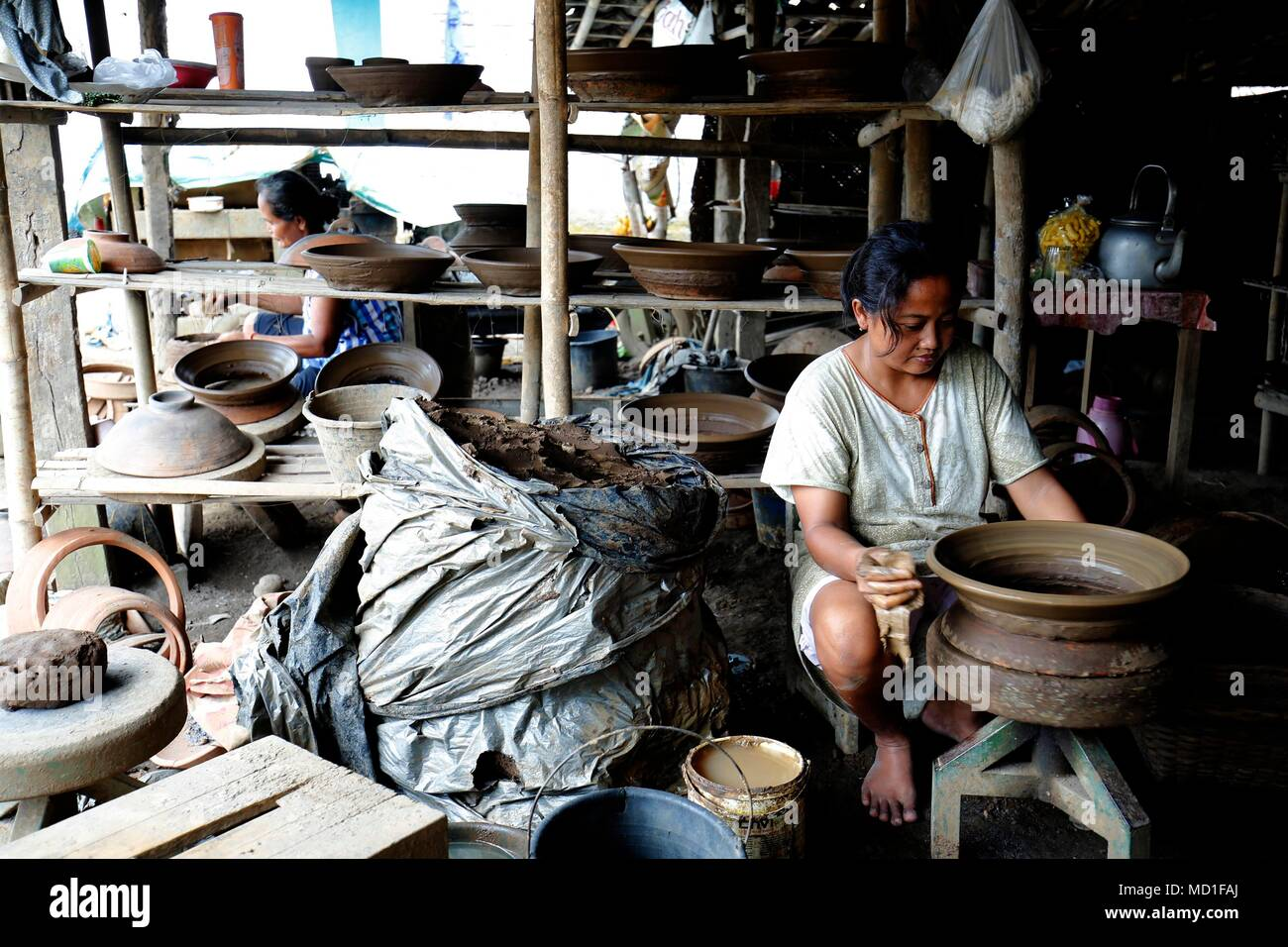 Magelang, Indonesia. 17th Apr, 2018. Woman making a earthenware at home industry at Magelang, Center of Java, Indonesia. She earning around 60.000 IDR per day. Credit: Dadang Trimulyanto/Pacific Press/Alamy Live News - Stock Image