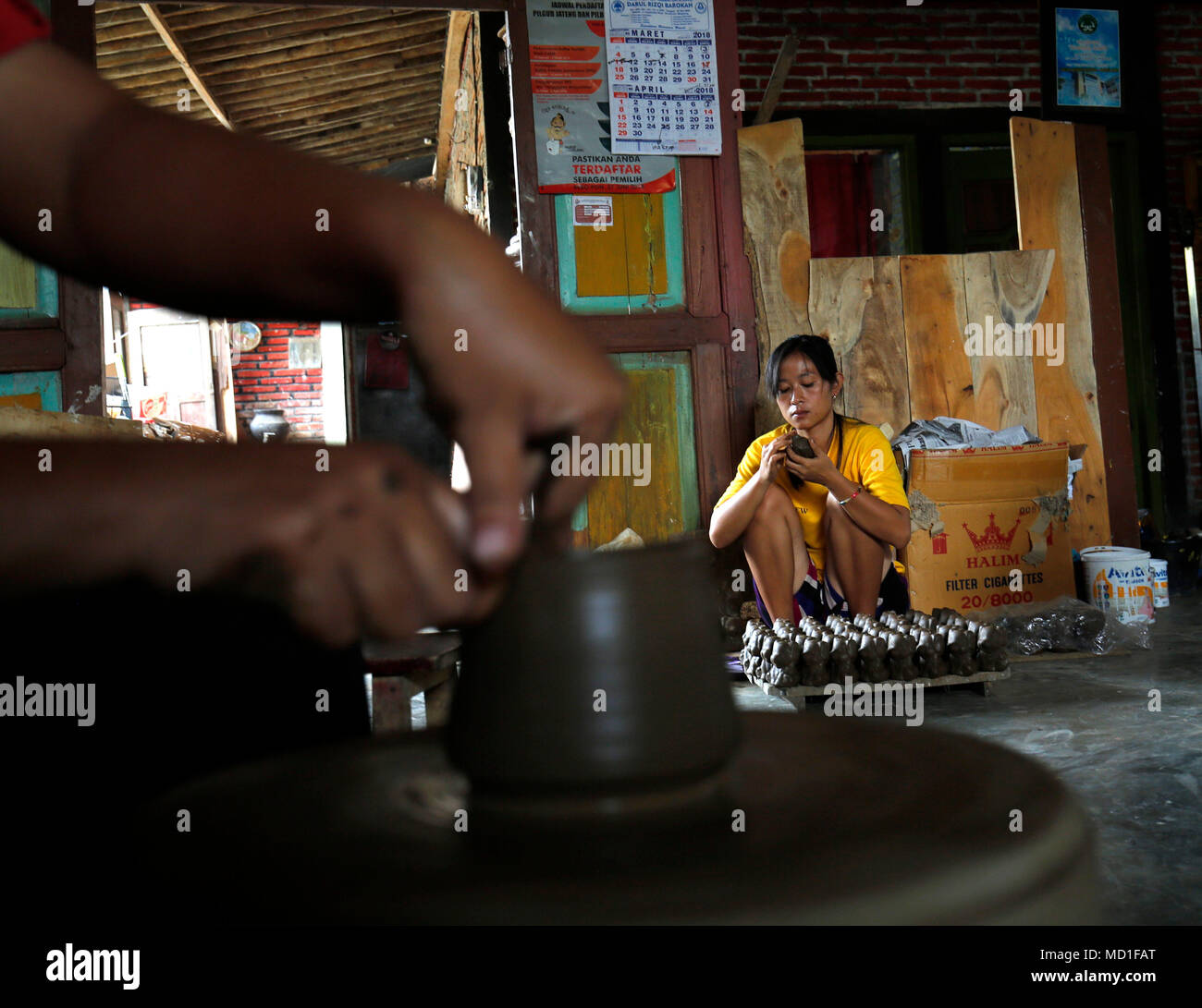 Magelang, Indonesia. 17th Apr, 2018. Women making a earthenware at home industry at Magelang, Center of Java, Indonesia. She earning around 60.000 IDR per day. Credit: Dadang Trimulyanto/Pacific Press/Alamy Live News - Stock Image