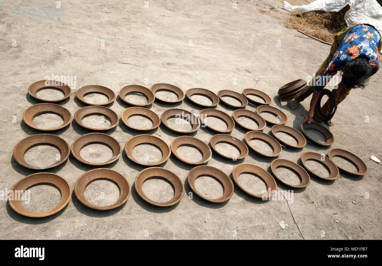 Magelang, Indonesia. 17th Apr, 2018. The old woman drying earthenware at home industry at Magelang, Center of Java, Indonesia. She earning around 60.000 IDR per day. Credit: Dadang Trimulyanto/Pacific Press/Alamy Live News - Stock Image