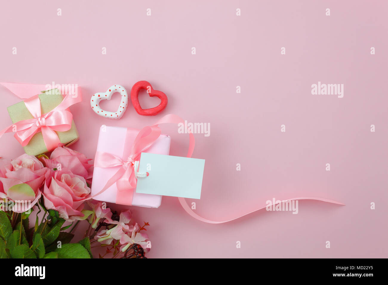 Top view aerial image of decorations Happy mothers day holiday background concept.Flat lay mom white greeting card on gift box with rose flower on mod - Stock Image