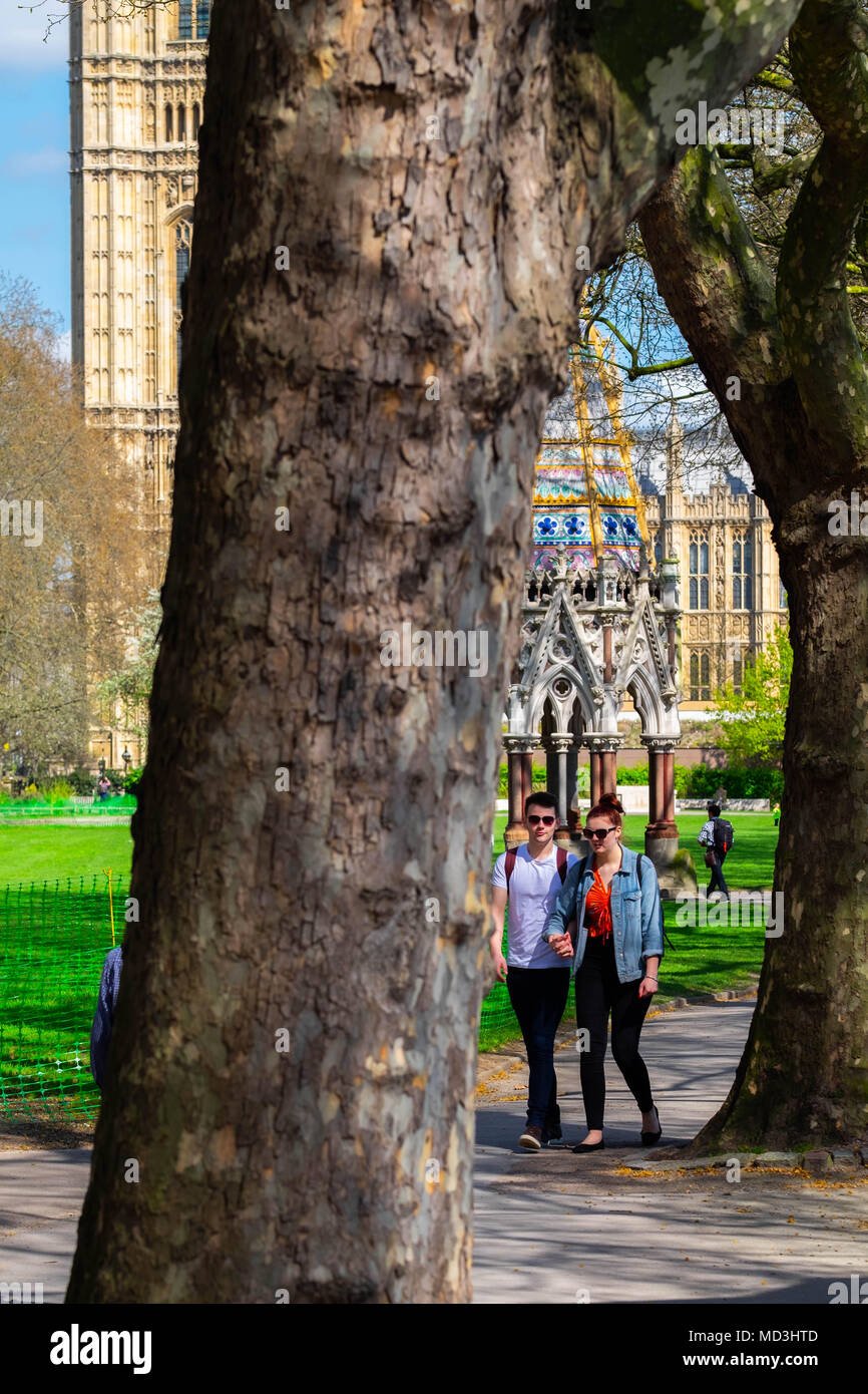 London, UK. A young couple take a walk in the park in the sunshine in Victoria Tower Garden. 18th April 2018. UK Weather: hottest day in London this year, Wednesday 18th April 2018 Credit: Tim Ring/Alamy Live News Stock Photo
