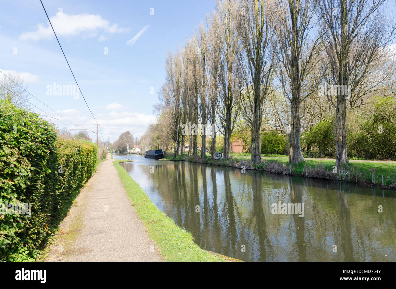 Worcester and Birmingham Canal running through Bournville on a sunny day - Stock Image