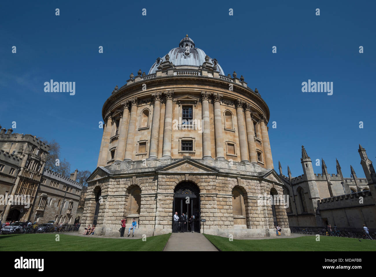 Oxford, UK. 19th April 2018. The world-famous Radcliffe Camera, part of Oxford University's Bodleian Library, looks resplendent in the glorious spring sunshine. Today is predicted to be one of the hottest April days on record, at around 27°C. Credit: Martin Anderson/Alamy Live News. - Stock Image