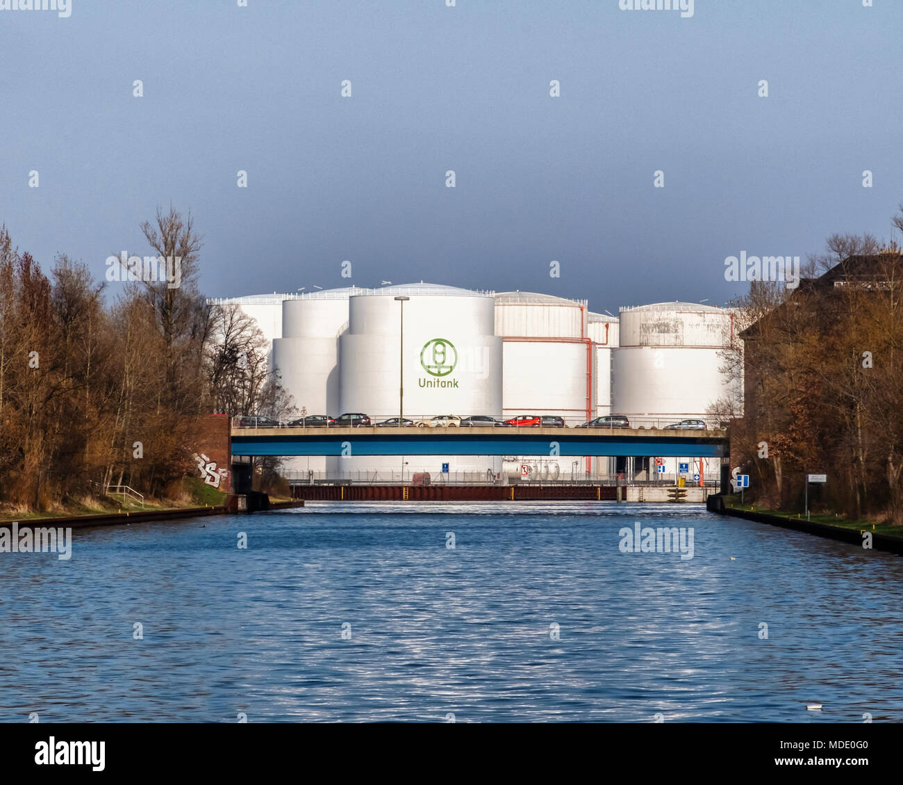 Berlin-Moabit, Charlottenburg-Wilmersdorf. Ludwig-Hoffman Bridge Girder road bridge crossing the Westhafen canal and Unitank oil tanks Stock Photo