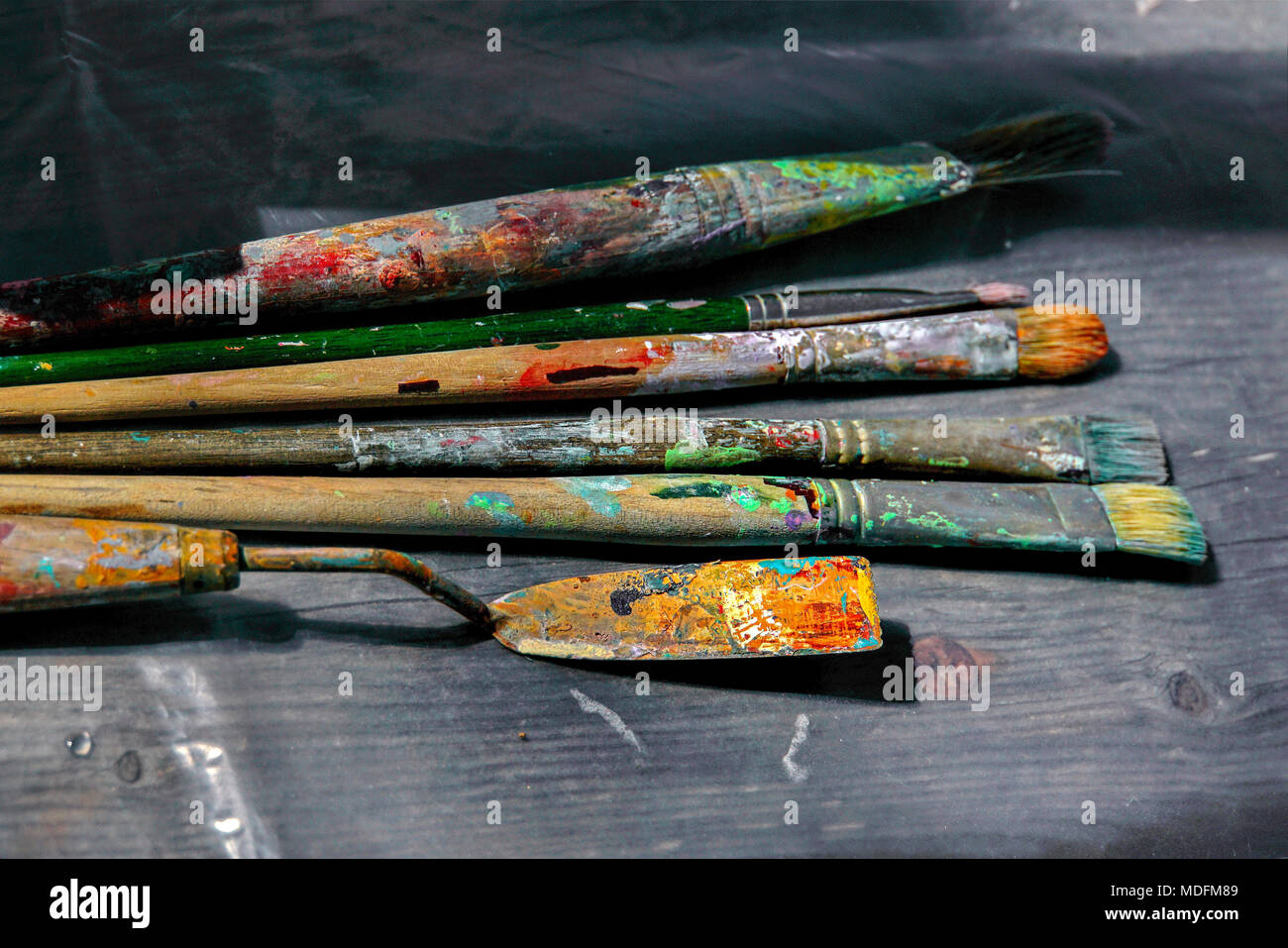 pallet knife and brushes on an artist's pallet - Stock Image