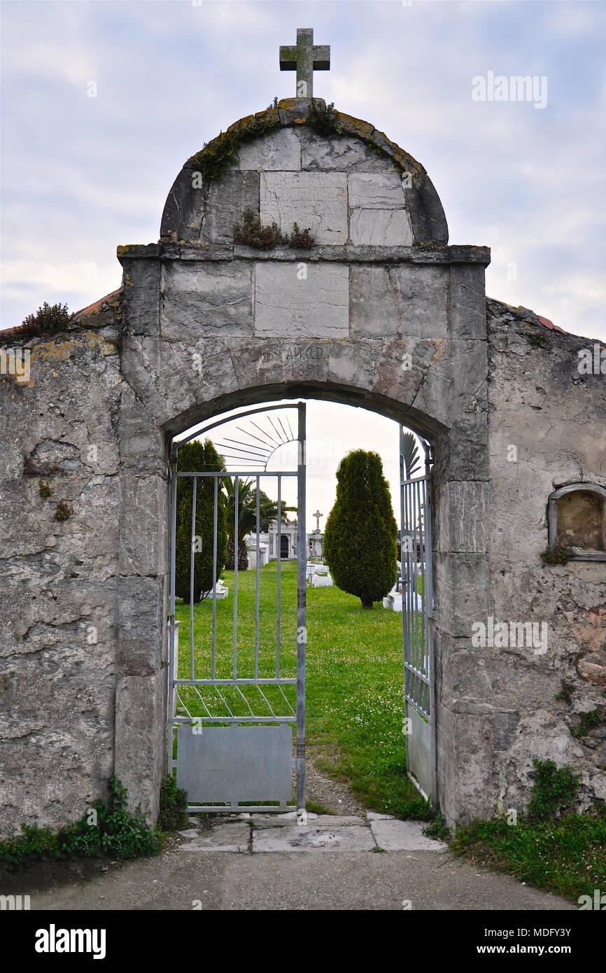 19th century catholic cemetery entrance with open door in San Martín de Laspra (Castrillón, Asturias, Spain) - Stock Image