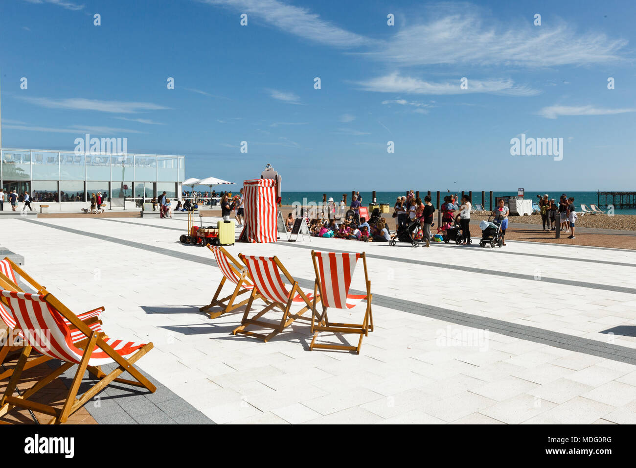 People are watching a performance of a puppet theater in Brighton, beach chairs Stock Photo