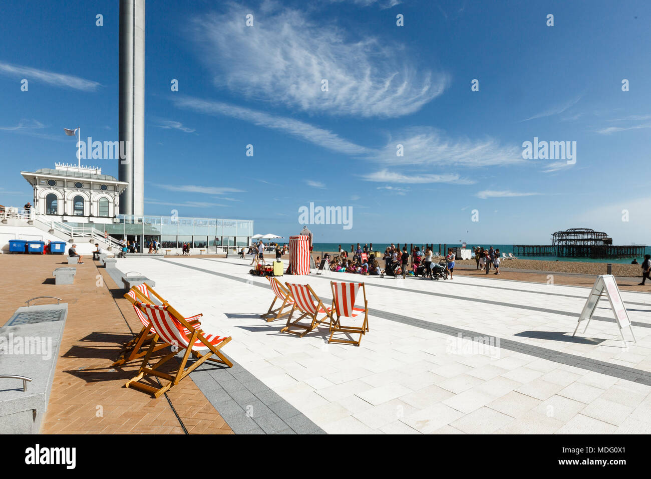 People are watching a performance of a puppet theater in Brighton, i360 tower Stock Photo