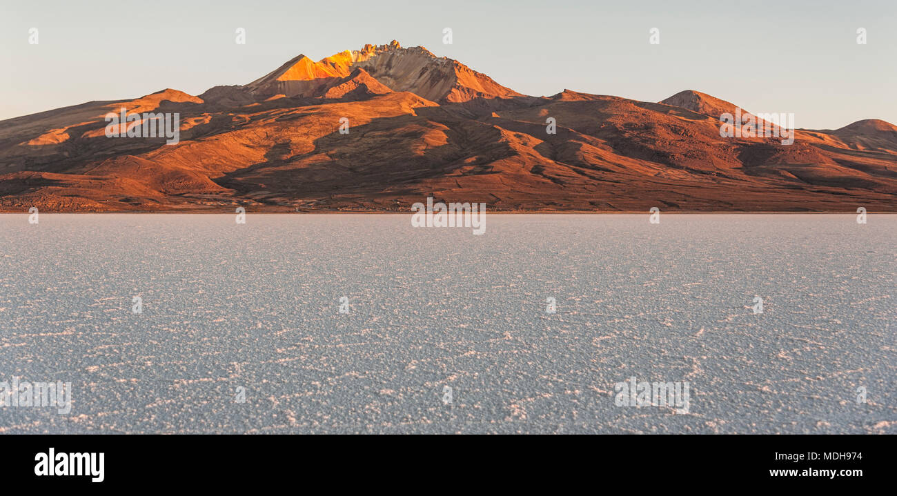 The world's largest salt flat, Salar de Uyuni in Bolivia, photographed at sunrise - South America - Stock Image