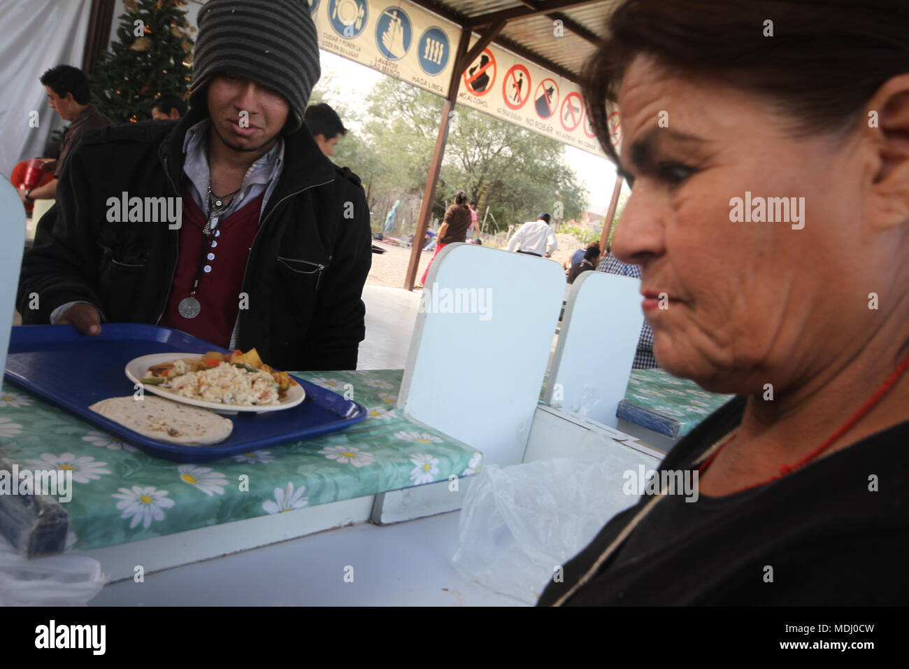 Migrantes Hondureños durante  su paso por Hermosillo con rumbo al Norte  se reúnen en un comedor a punto de medio día. .staff /nortephoto.com,CREDI Stock Photo
