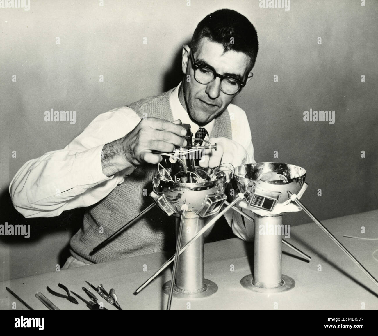 Scientist building artificial satellites, USA 1950s - Stock Image
