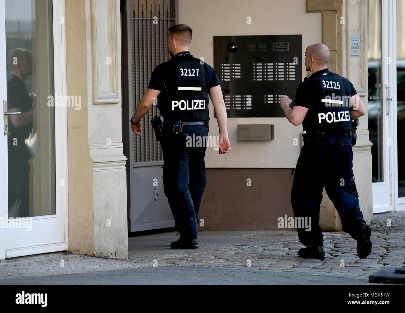 Berlin, Germany. 20th Apr, 2018. 20 April 2018, Germany, Berlin: Police officers evacuates an apartment block on Scharnhorststrasse in preparation for the disposal of a WWII bomb nearby. Photo: Britta Pedersen/dpa-Zentralbild/dpa Credit: dpa picture alliance/Alamy Live News Stock Photo