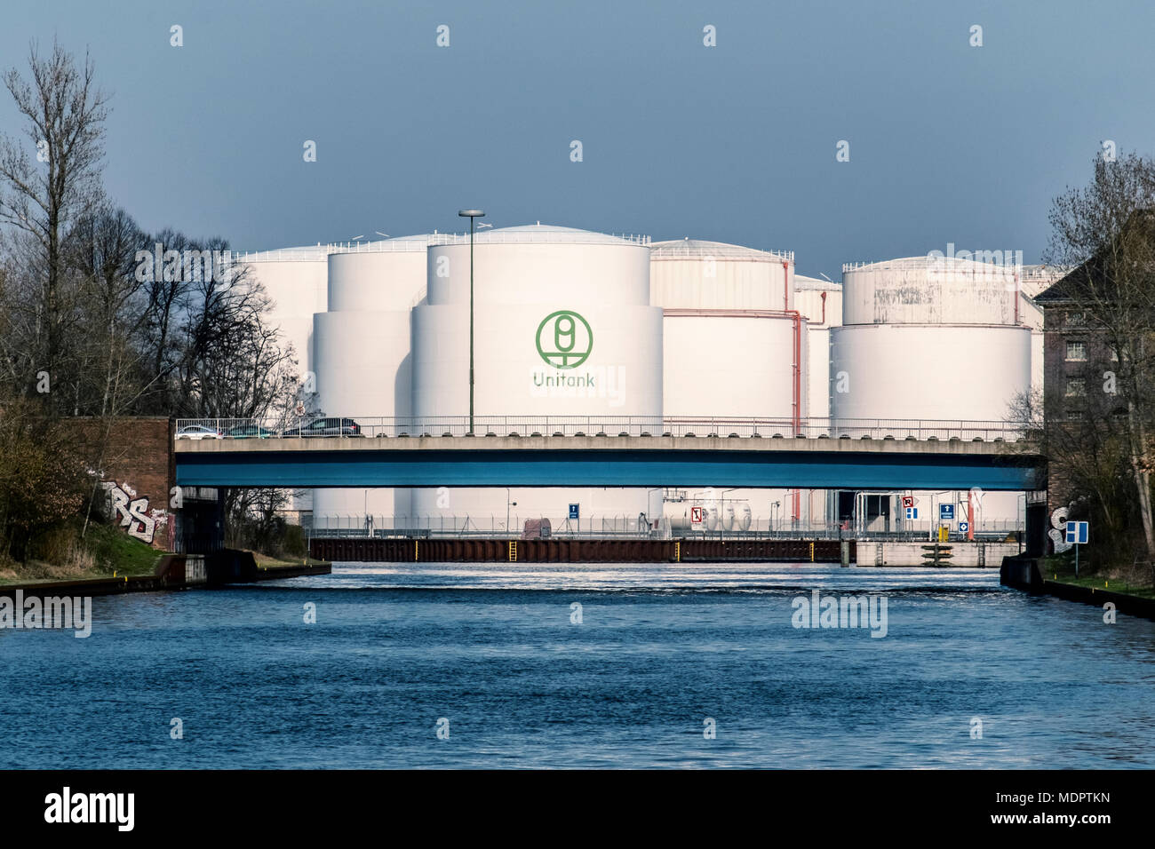 Oil Storage Tank Farm Stock Photos & Oil Storage Tank Farm