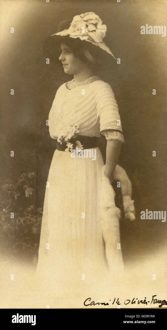 Full-lenght portrait of an elegant lady in white with hat, France 1900 - Stock Image