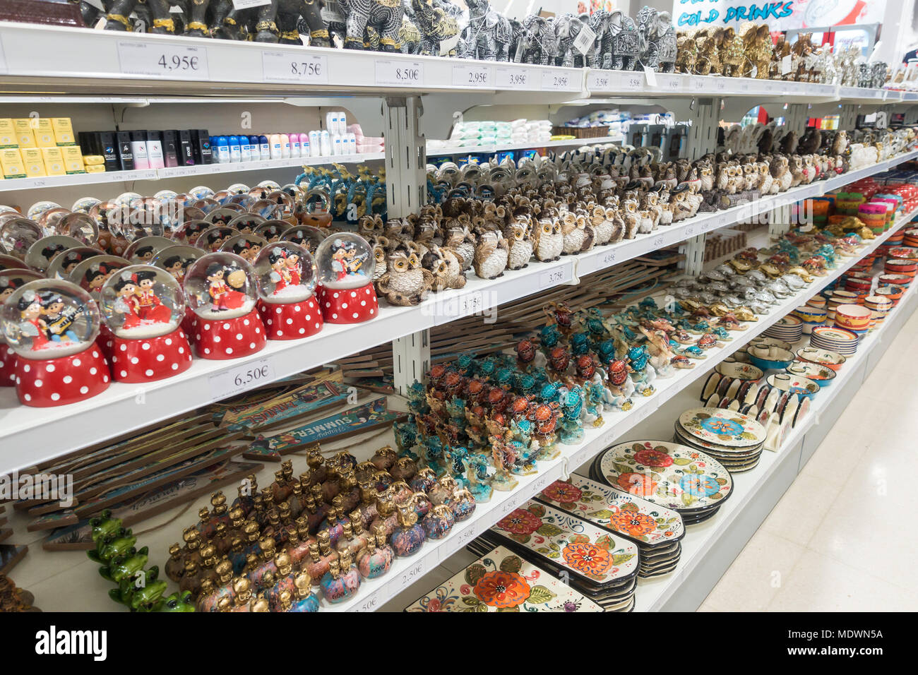 A display of gifts, souvenirs and memorabilia in a souvenir shop. - Stock Image