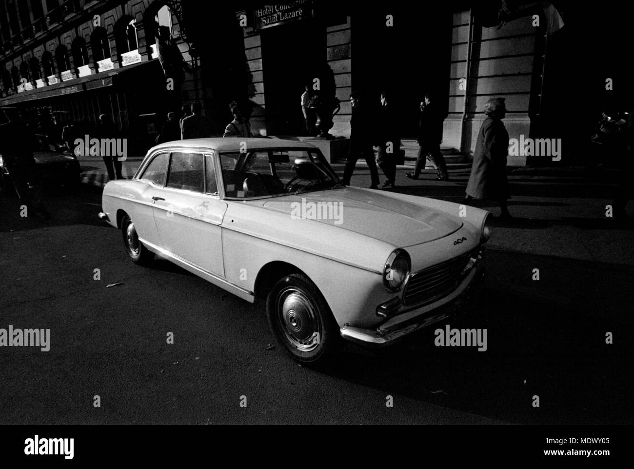 AJAXNETPHOTO. PARIS, FRANCE. - RARE CLASSIC - A PUGEOT 404 TWO-DOOR SALOON PARKED ON THE STREET NEAR ST.LAZARE. PHOTO:JONATHAN EASTLAND/AJAX REF:921015_33001 - Stock Image
