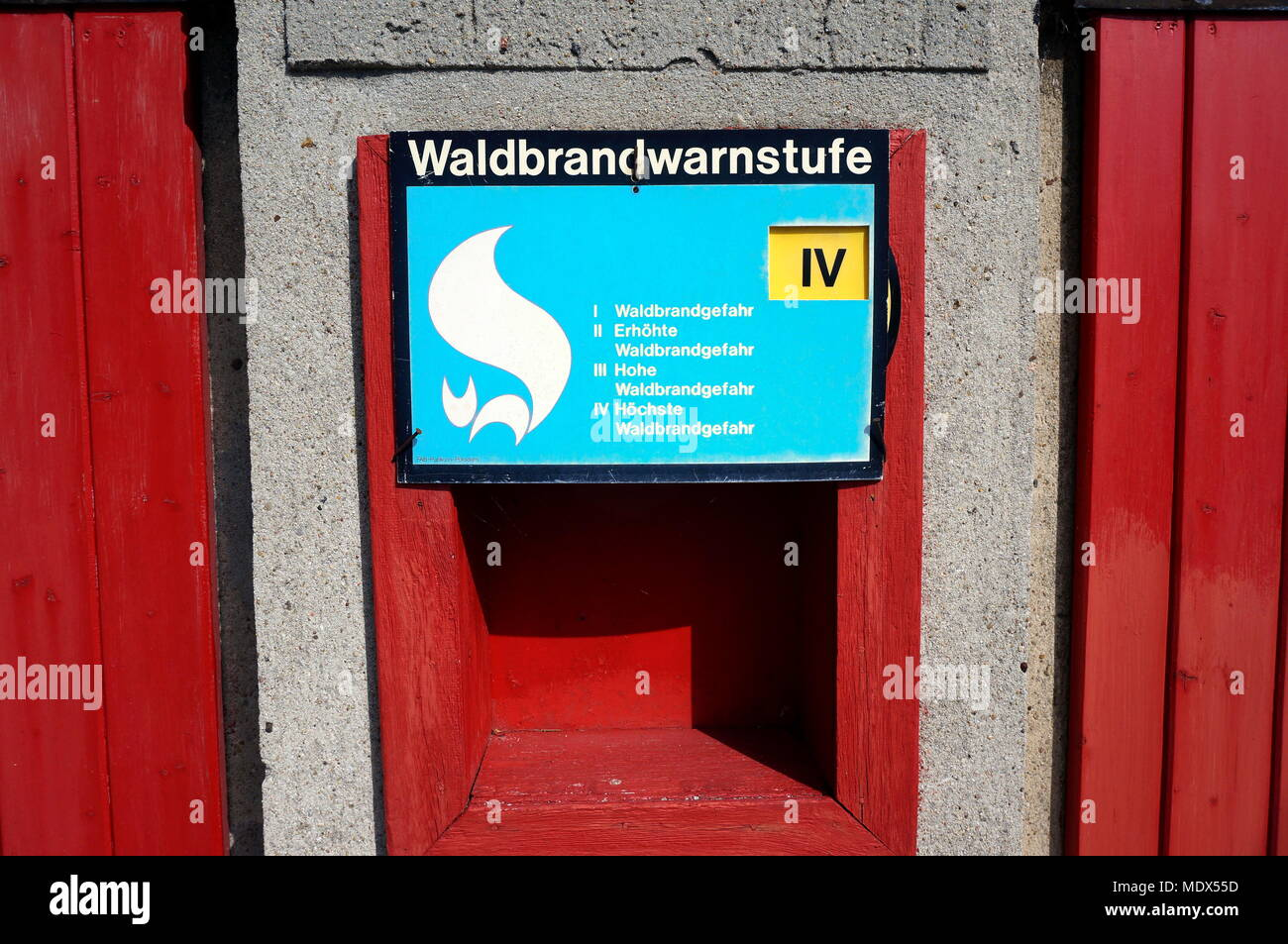 Linthe, Deutschland. 09th June, 2015. A sign of the Waldbrandwarnstufe of the volunteer fire department in the district of German Bork in Linthe indicates the highest level of forest fire danger, recorded on 09.06.2015. Credit: S. Steiafter - ATTENTION! NO BILDFUNK UTILIZATION - | usage worldwide/dpa/Alamy Live News - Stock Image