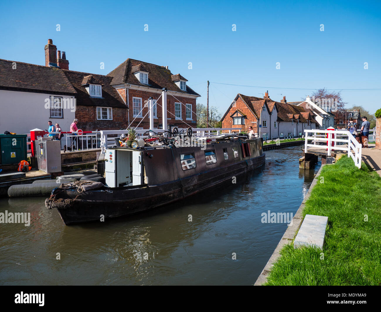 Narrow Boat Passing, Bridge 62 West Mills Swingbridge, River Kennet, Newbury, Berkshire, England, UK, GB. - Stock Image