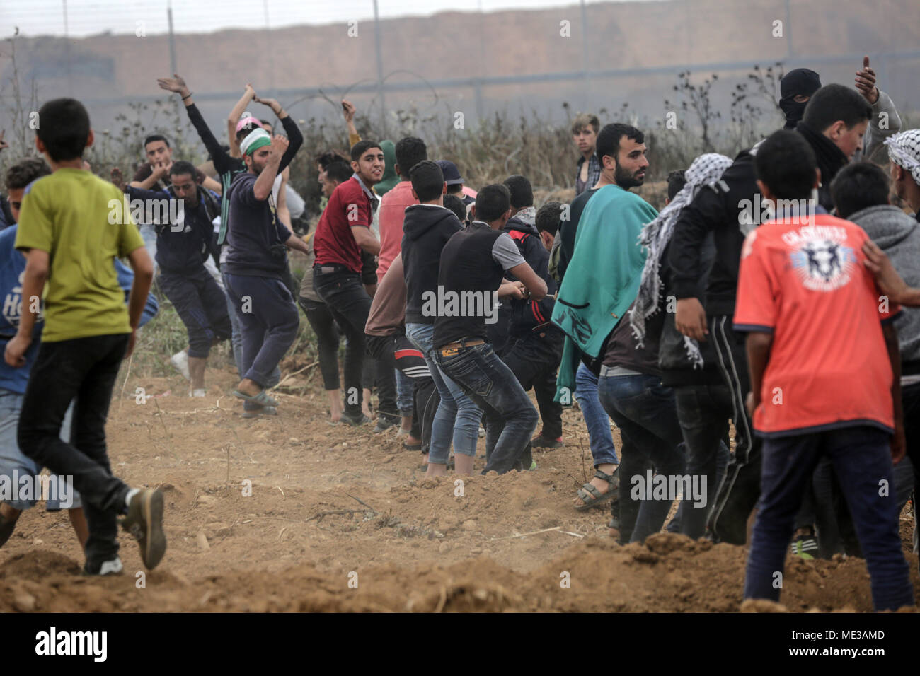 Jabalya, Gaza. 20th Apr, 2018. A Palestinian protester pull part of ...