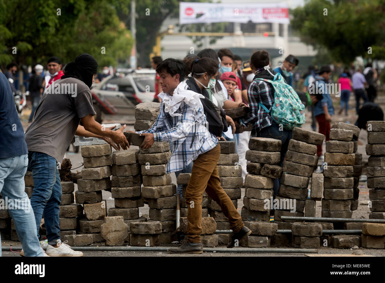 20 April 2018, Nicaragua, Managua: Protestors barricade a street. Nicaragua's people are protesting an increase in taxation as a consequence of new social reforms and voice their dismay with the neoliberal policies of President Ortega. Photo: Carlos Herrera/dpa Credit: dpa picture alliance/Alamy Live News - Stock Image