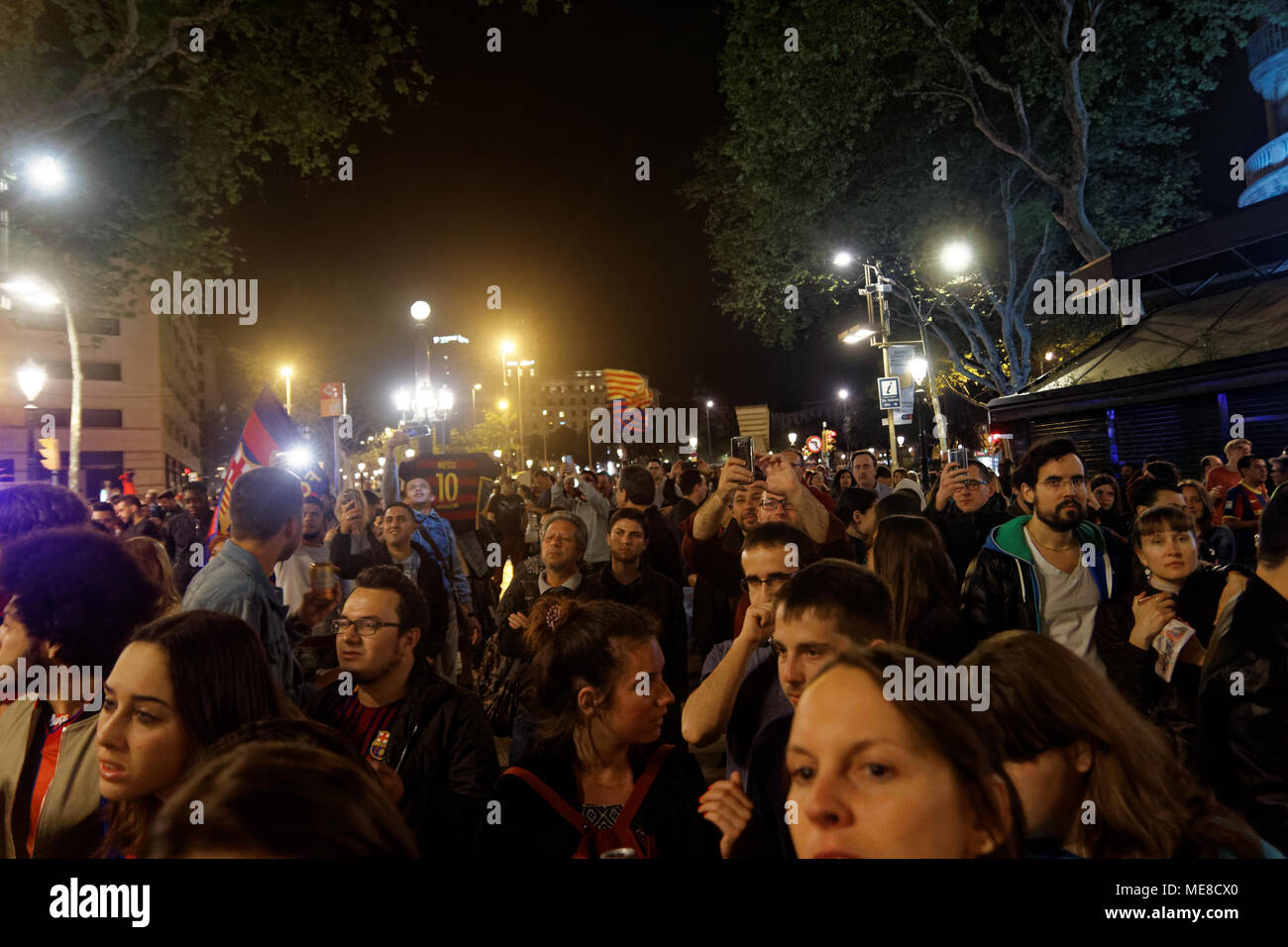 Barcelona, Spain, 21st April 2018. Supporters of  FC Barcelona, Futbol Ckub Barcelona celebrating the win of the Copa del Rey, at the Canaletas, a fountain at the Ramblas of Barcelona the 21st of April 2018 Credit: Karl Burkhof/Alamy Live News - Stock Image