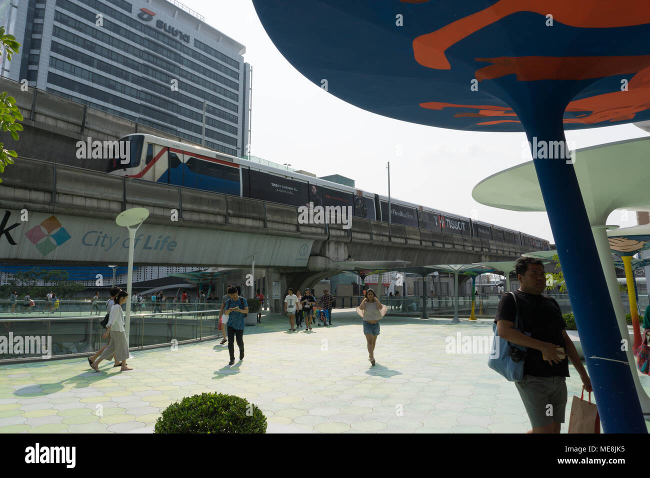6f044143 Bangkok, Thailand - February 18,2018 : Unidentified peoples in front of  Siam Paragon