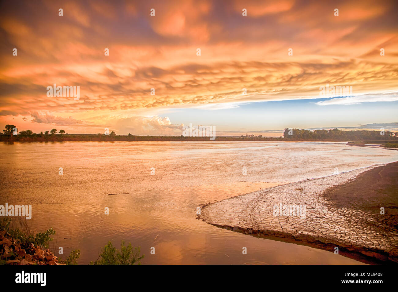 Brewing storm and turbulent skies make for a beatiful scene on the Missouri River, Dakota Dunes - Stock Image