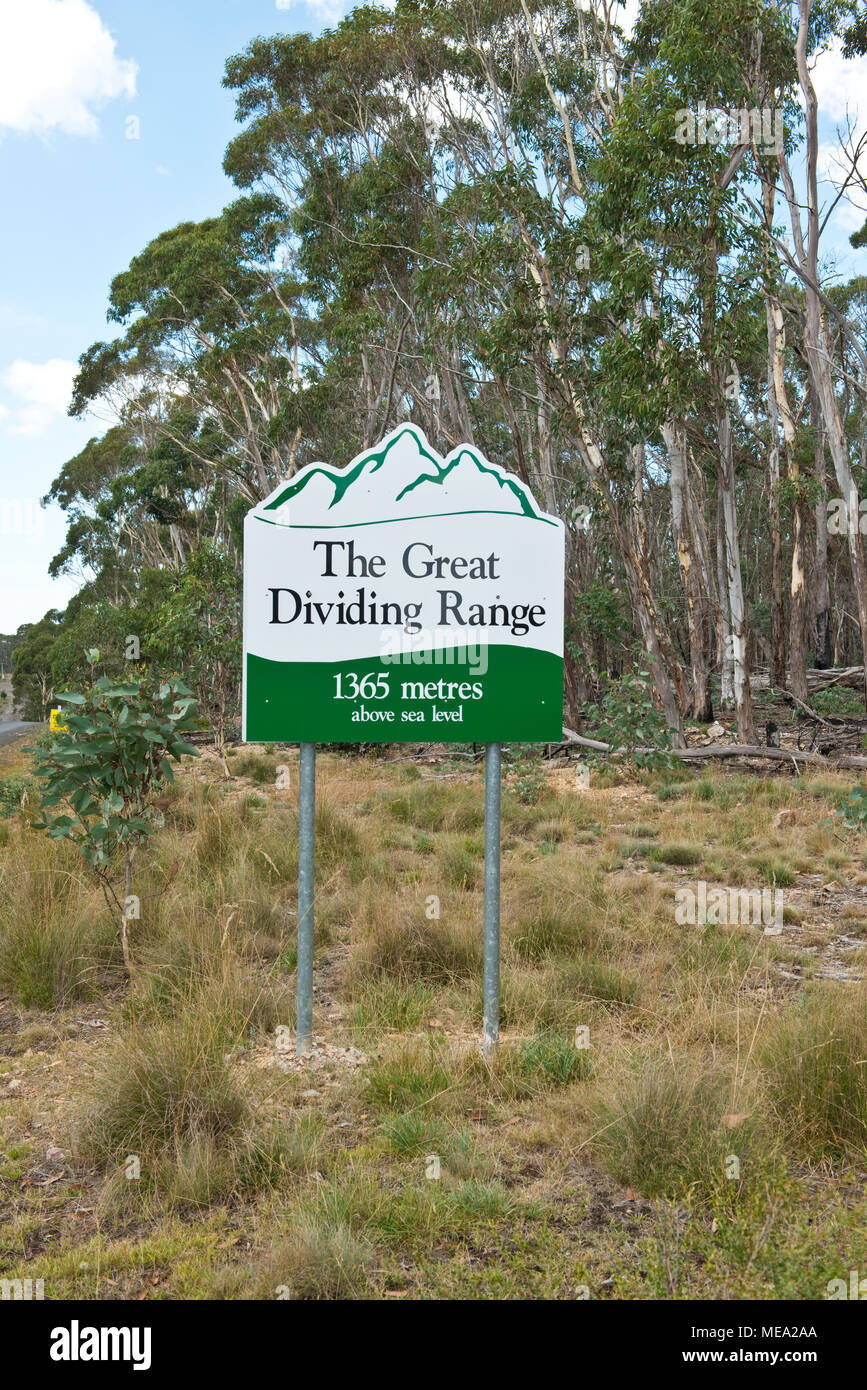 Roadside sign marking top of Great Dividing Range Stock Photo