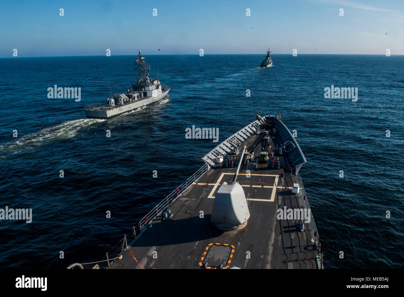 180419-N-CO914-0141  PACIFIC OCEAN (Apr 19, 2018) The Ticonderoga-class guided-missile cruiser USS Lake Champlain (CG 57) prepares to come alongside Peruvian corvette BAP Santillana (CM 22) and Peruvian frigate BAP Quiñones (FM 58) during a leapfrog exercise. Lake Champlain is participating in Silent Forces Exercise (SIFOREX) 2018 with the Peruvian and Colombian Navies. (U.S. Navy photo by Mass Communication Specialist 1st Class Nathan Carpenter/Released) Stock Photo
