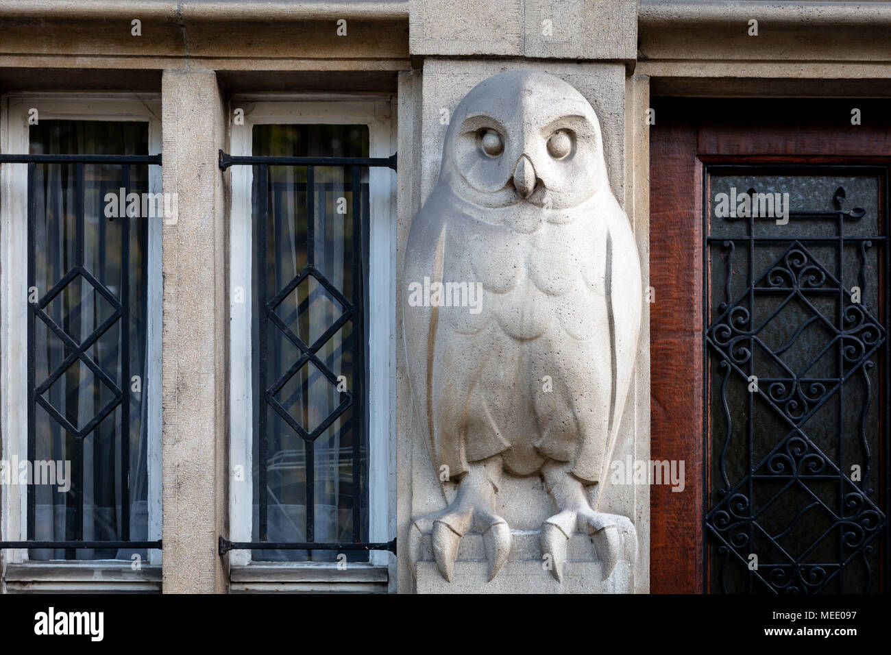 Brussels/Belgium - April 21st 2018: An owl sculpture on an entrance of a building in Brussels, Belgium - Stock Image
