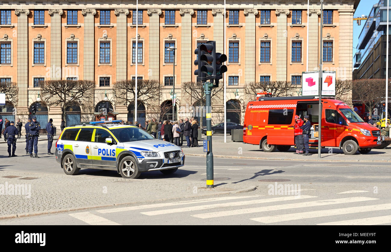 Storstockholms brandforsvar, police on Gustav Adolfs torg (square). People evacuated from Ministry of Foreign Affairs Stock Photo