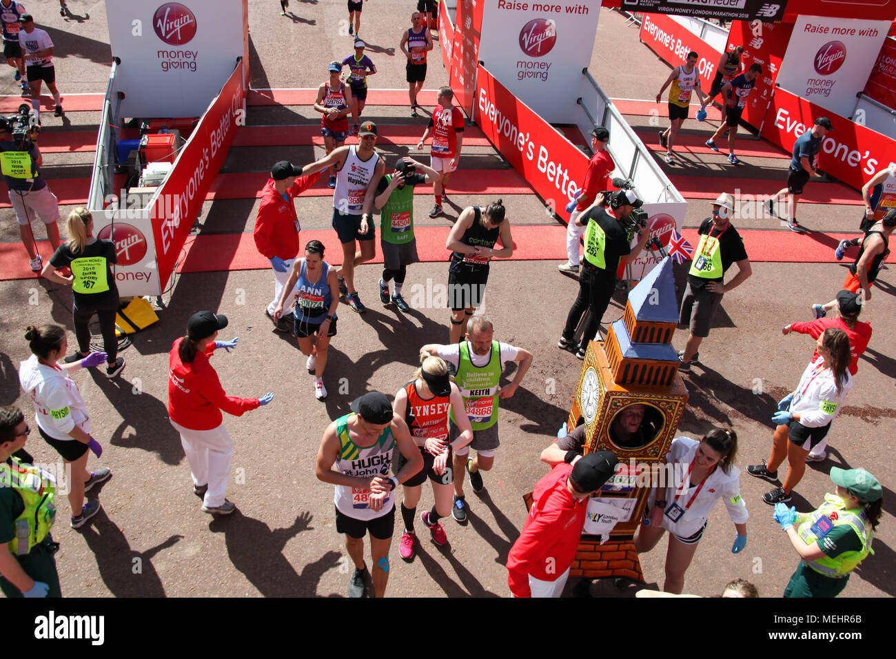 London, UK, 22 April 2018. Runners cross the finish line Credit: Alex Cavendish/Alamy Live News - Stock Image