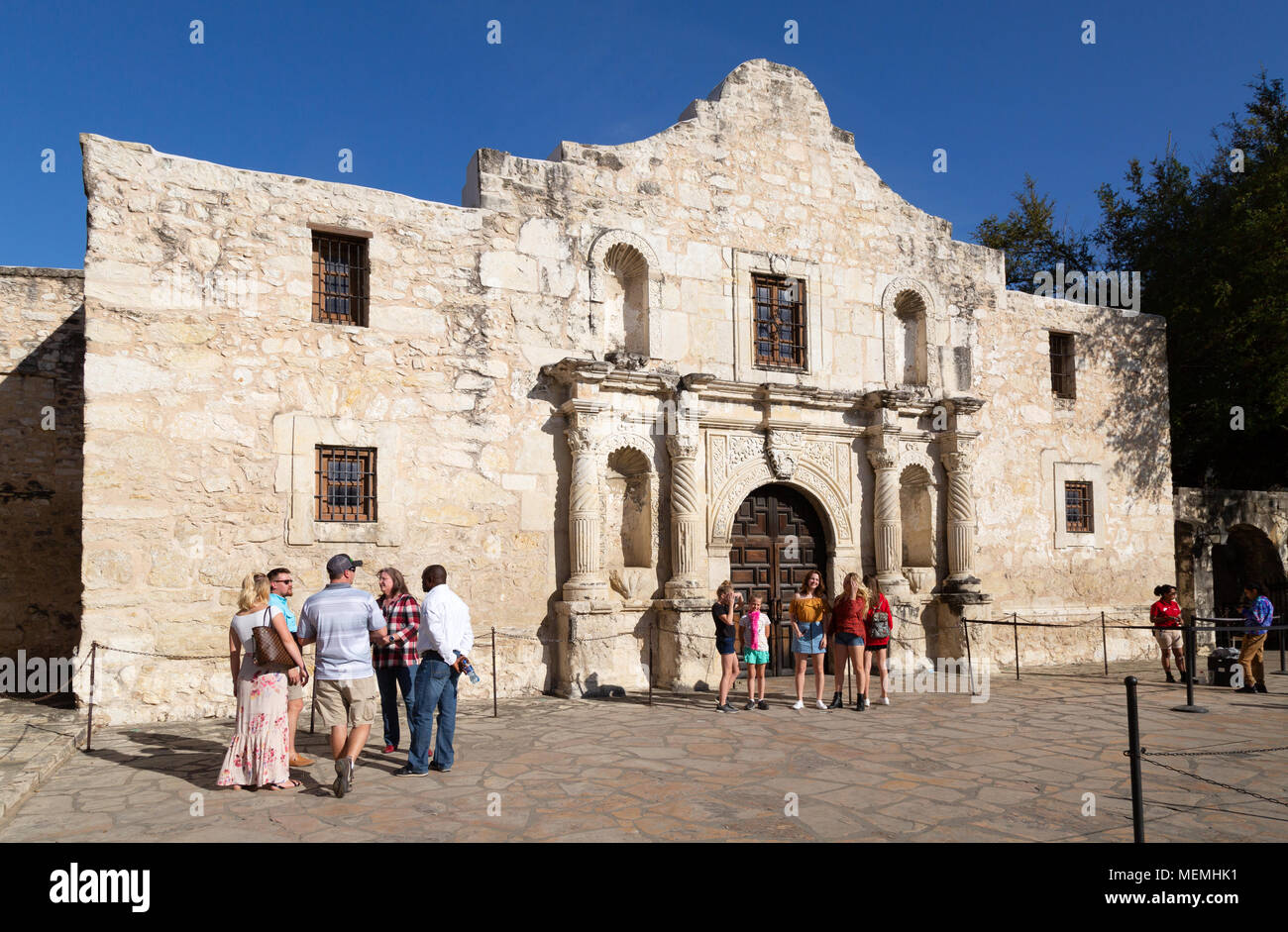 Texas tourists at the Alamo Mission on a sunny spring day in march, The Alamo, San Antonio, Texas USA - Stock Image
