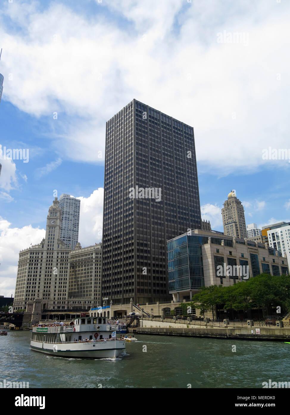 Tourist cruise ship on Chicago river, Chicago, Illinois, USA - Stock Image