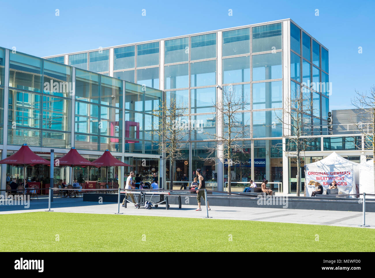 Milton Keynes England Outdoor table tennis in the Queens court The centre MK Central Milton Keynes Buckinghamshire England  gb uk europe - Stock Image