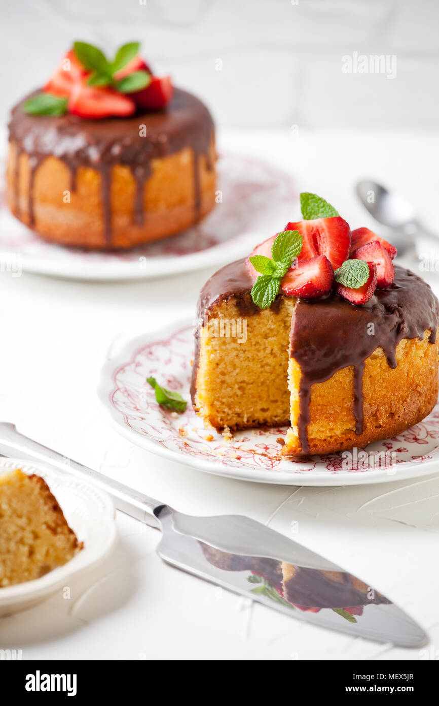 Close up of a vanilla and chocolate cake with strawberries - Stock Image