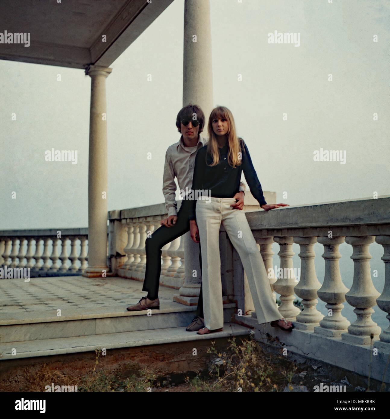 Beatle George Harrison mit Patricia Anne Pattie Boyd zu Besuch in Monte Carlo, Monaco 1966. Beatle George Harrison and Patricia Anne Pattie Boyd visiting Monte Carlo, Monaco 1966. - Stock Image