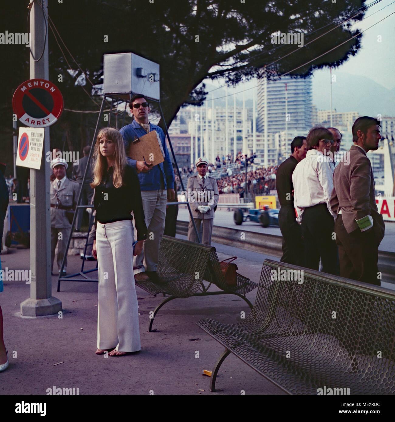 Beatle George Harrison (weißes Hemd) mit Patricia Anne Pattie Boyd zu Besuch in Monte Carlo, Monaco 1966. Beatle George Harrison (white shirt) and Patricia Anne Pattie Boyd visiting Monte Carlo, Monaco 1966. - Stock Image