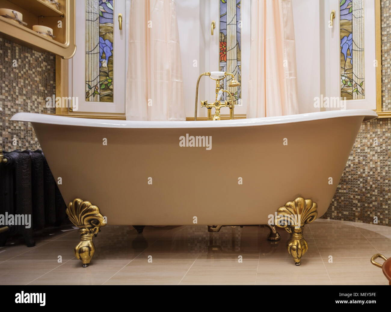 bathroom with old-fashioned bathtub Stock Photo: 181305922 - Alamy