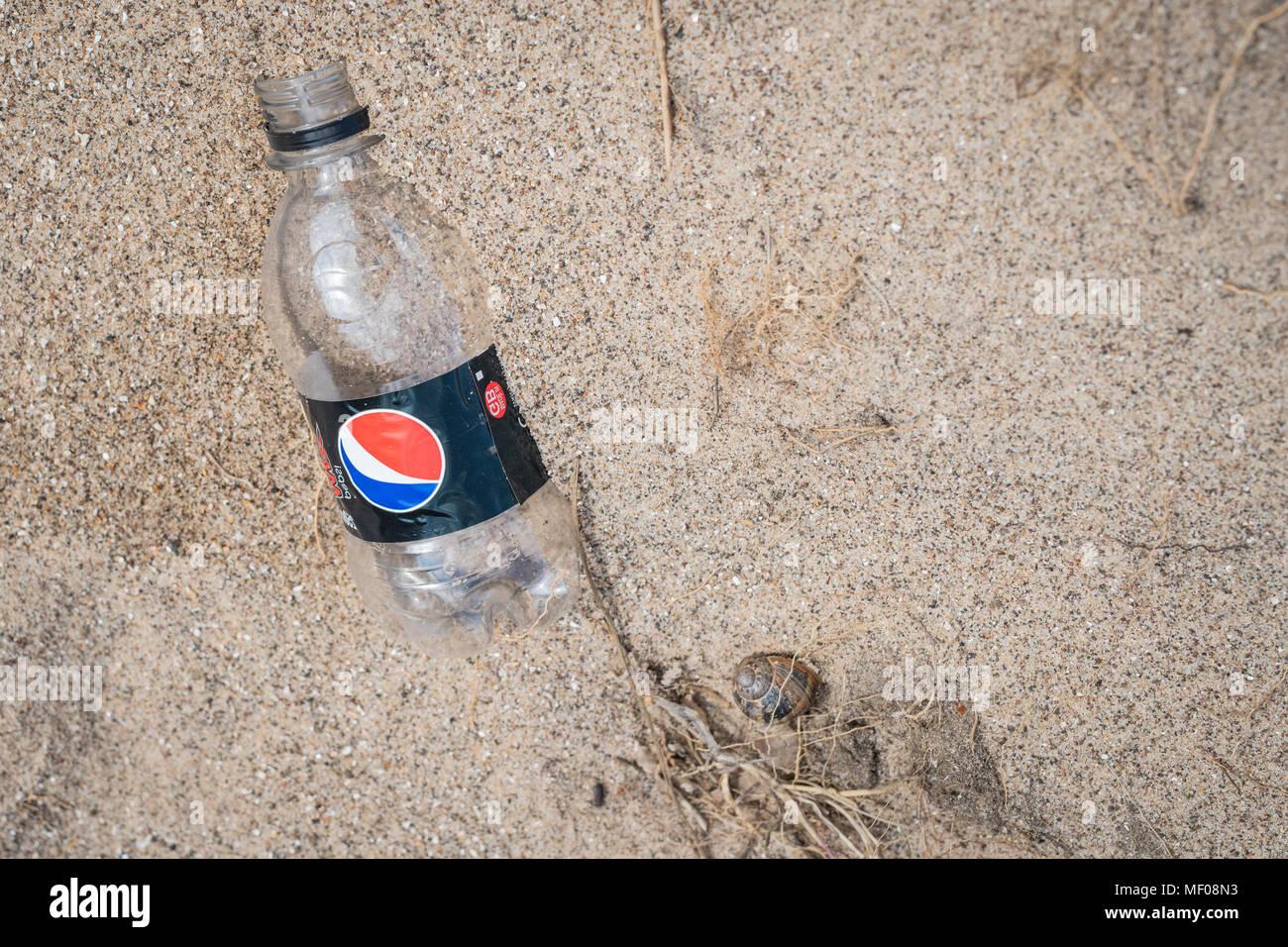 Plastic Pepsi bottle discarded on beach - Stock Image