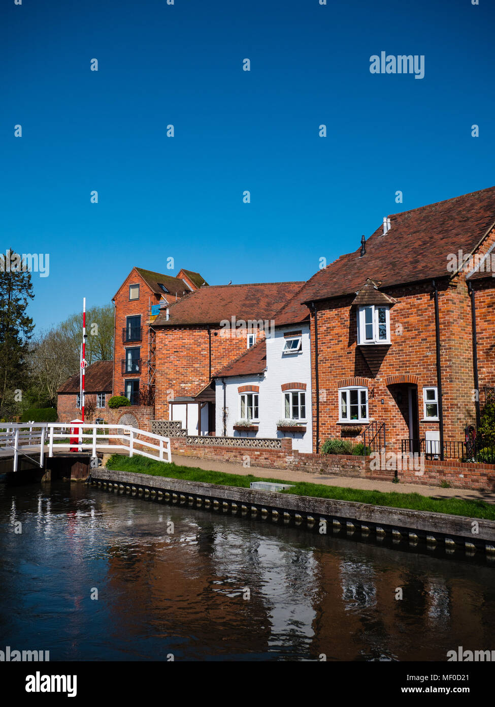 Bridge 62 West Mills Swingbridge, River Kennet, Newbury, Berkshire, England, UK, GB. - Stock Image