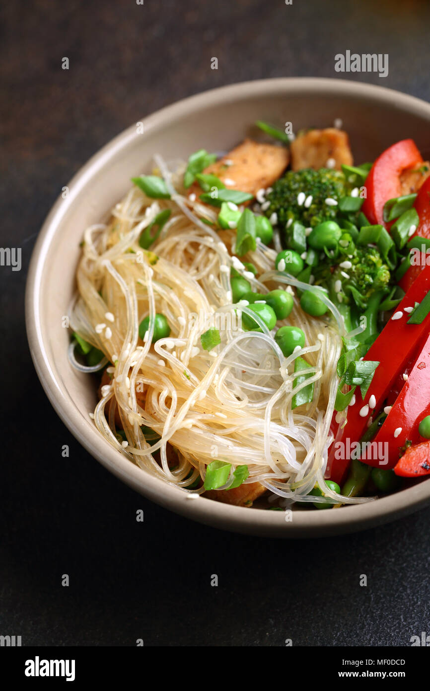 Noodles with fried chicken and vegetables, food closeup - Stock Image