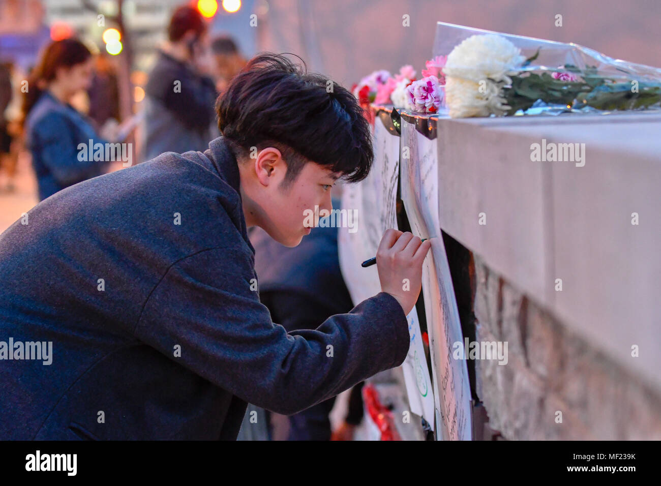 Toronto, Canada. April 23, 2018. Toronto resident  laid flowers and sign condolence messages at a makeshift memorial at the Olive Square for victims from an early van attack that strikes pedestrians on Yonge Street between Finch Ave and Sheppard Ave in North York, Toronto. Credit: EXImages/Alamy Live News - Stock Image