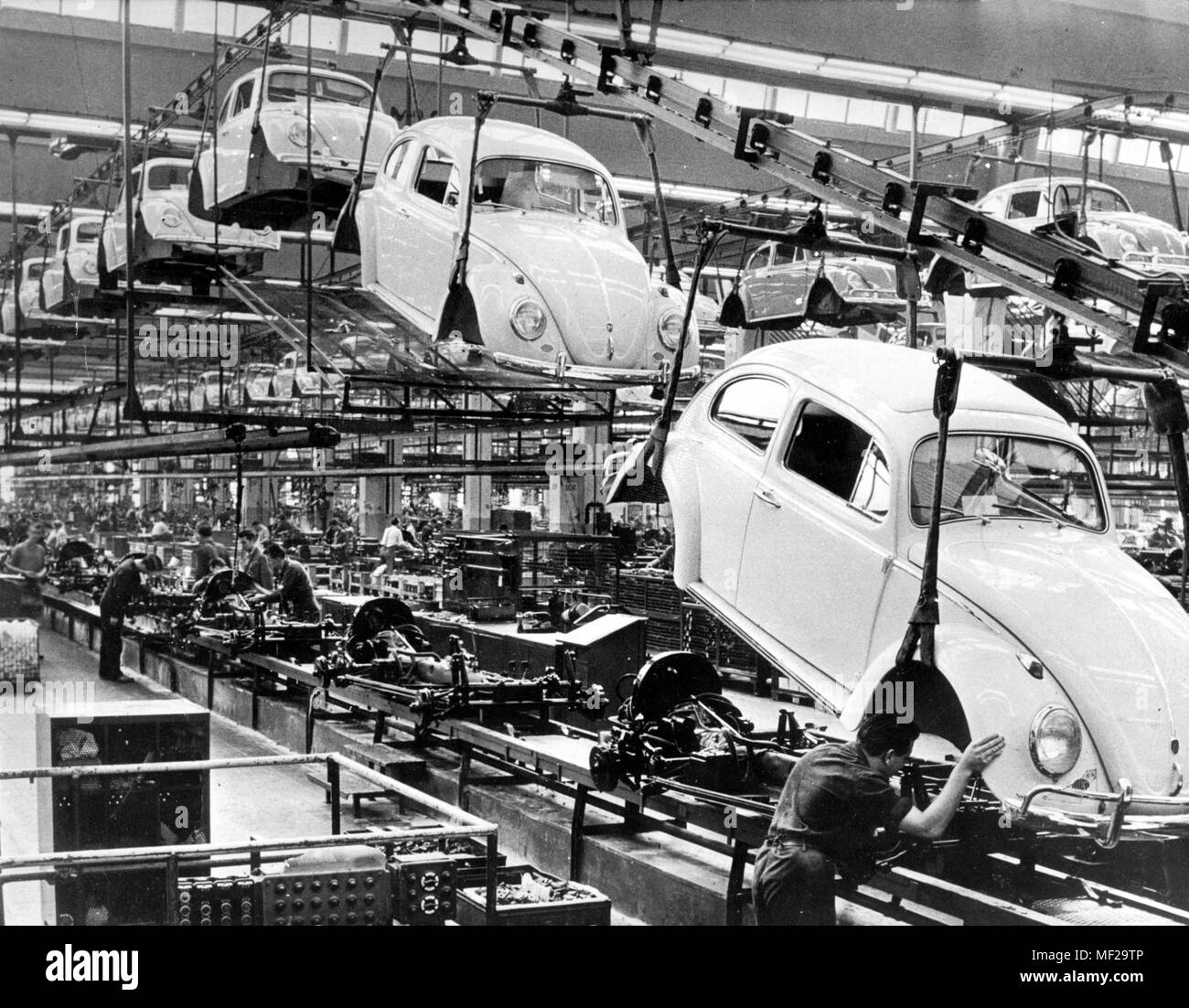 Interior view of the assembly hall for the VW Kafer at the Volkswagen plant in Wolfsburg, taken in 1966. On July 30, 2003, the world's last kafer will be launched in Mexico. Dawith walks near the city of Puebla - 125 kilometers southeast of Mexico City - an almost 70-year chapter of automotive history. The last Kafer is part of a nostalgic edition of a total of 3000 pieces, which VW had launched a few weeks ago. From the Kafer, which was developed in the thirties by Ferdinand Porsche, a total of 21.5 million copies were built, of which 1.7 million in Mexico. Since 1996, Mexico was the only loc - Stock Image