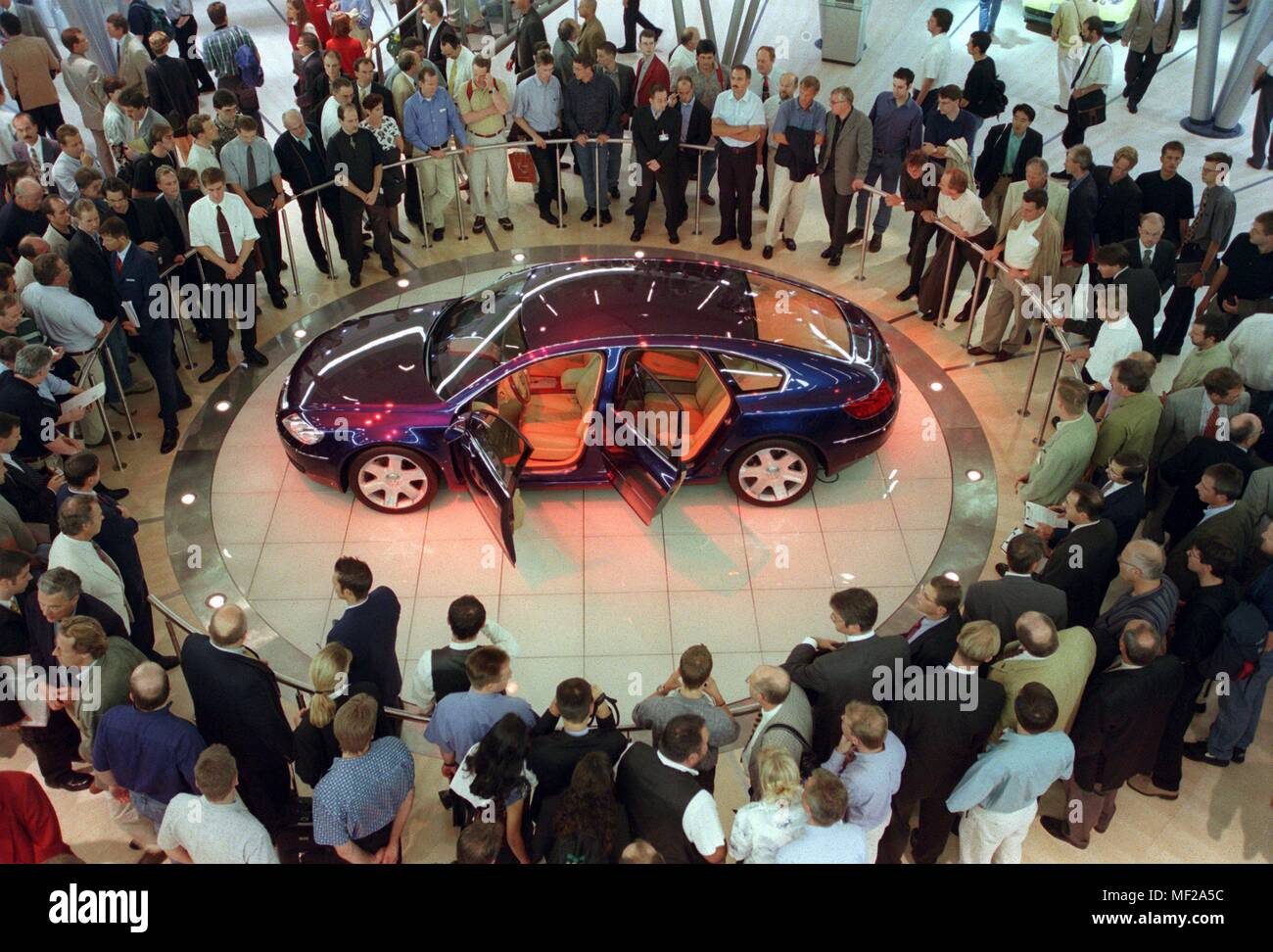 Numerous trade visitors came on 16.9.1999 shortly after the opening of the 58th International Motor Show in Frankfurt/Main for the VW Sedan Concept D. The car has a unusual for the luxury class Schragheckkarosserie and is powered by a V-ten-cylinder turbodiesel engine. The unit has five liters of displacement and makes 313 hp. The biggest car show in the world is open until 16.9.1999. Visitors to the IAA must be prepared for the coming days on tight crowds. Going from one speed-mobile to the next will only be possible at a snail's pace for most car enthusiasts and will often end in traffic j - Stock Image